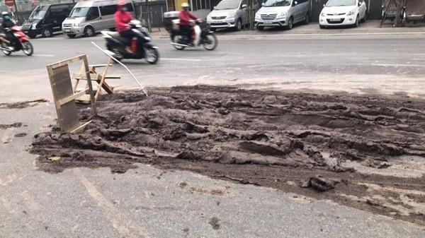 Vết bùn đất lớn, kéo dài trên đường Trần Quang Khải