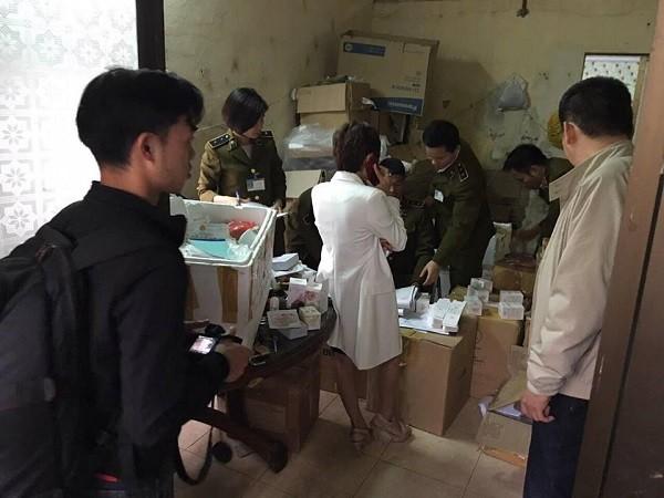 Lực lượng chức năng kiểm tra địa chỉ tập kết hàng hóa mỹ phẩm