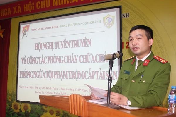 Đại úy Đỗ Minh Tuấn, Phó trưởng CAP Ngọc Khánh tuyên truyền về thủ đoạn trộm cắp tài sản của các đối tượng trong thời gian gần đây