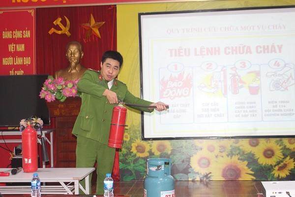 Cán bộ Đội Cảnh sát PCCC và CNCH CAQ Ba Đình giới thiệu cho người dân các loại bình chữa cháy