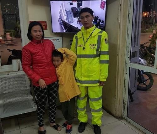 Cháu bé đi lạc được các chiến sỹ CSGT tìm đưa về gia đình