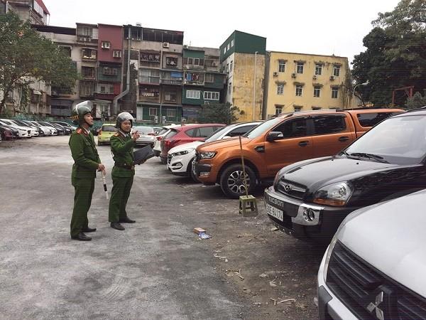 Lực lượng chức năng kiểm tra bãi trông giữ xe ở số 4 phố Trần Hưng Đạo