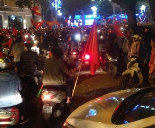 Người hâm mộ ở Hà Nội cùng cờ trống đổ ra đường ăn mừng