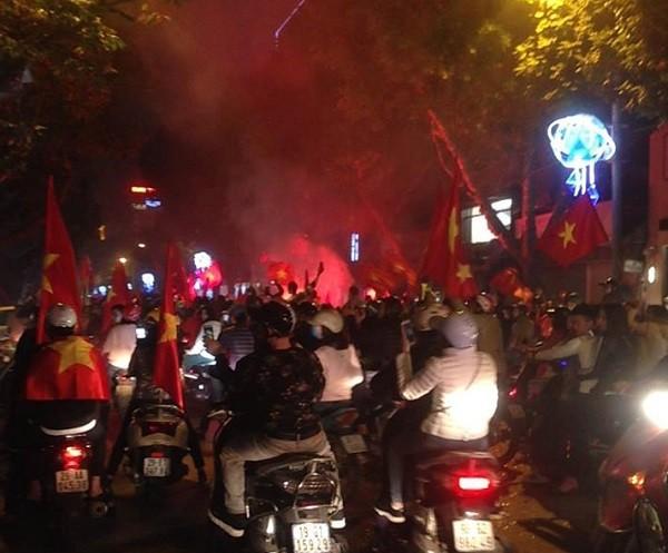 Các tuyến phố dẫn vào trung tâm thành phố chật kín người hâm mộ ăn mừng