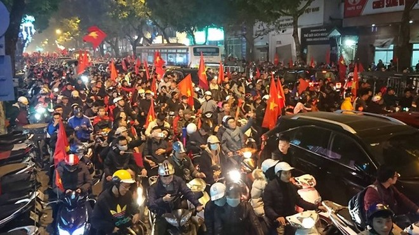 Hình ảnh cổ động viên ăn mừng tại phố Hai Bà Trưng, Hà Nội