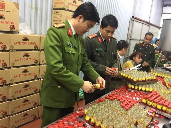 Những hộp sa tế được đóng hộp để chuẩn bị mang đi tiêu thụ
