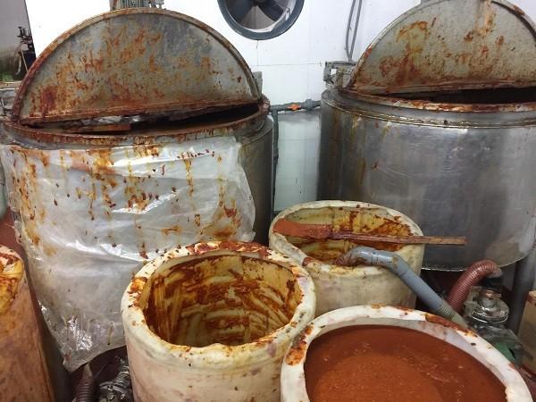 Các thùng chứa sa tế trước khi được đóng hộp