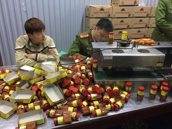 Máy đóng gói và những hộp sa tế vừa được công nhân đóng hộp xong