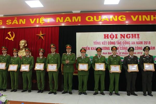 """Đại tá Đỗ Đức Quang, Trưởng CAH Hoài Đức trao giấy khen """"Chiến sỹ thi đua cơ sở"""" cho các CBCS"""