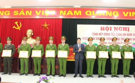 Đồng chí Nguyễn Quang Đức, Chủ tịch UBND huyện Hoài Đức trao khen thưởng của UBND thành phố và UBND huyện cho các tập thể, cá nhân CBCS