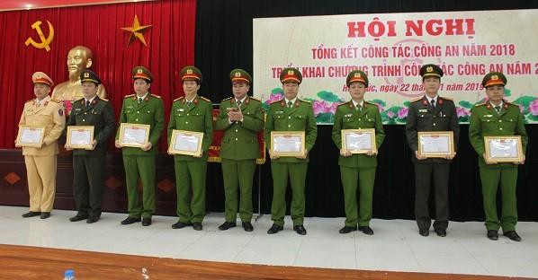 """Đại tá Nguyễn Thanh Tùng, Phó Giám đốc CATP Hà Nội trao khen thưởng cho các tập thể đạt danh hiệu """"Đơn vị quyết thắng"""""""
