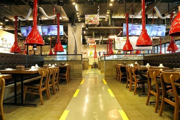Một nhà hàng có không gian rộng rãi sẽ là địa điểm lý tưởng cho buổi tiệc cuối năm