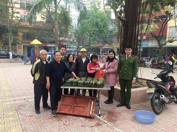 Các CBCS và người dân gửi tặng bánh cho các gia đình