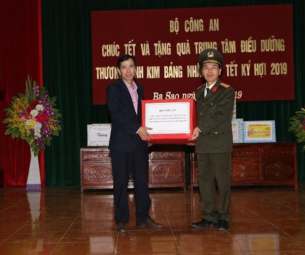 Đại tá Nguyễn Văn Toàn, Cục phó Cục Công tác Đảng và công tác chính trị trao tặng quà cho Trung tâm điều dưỡng thương binh