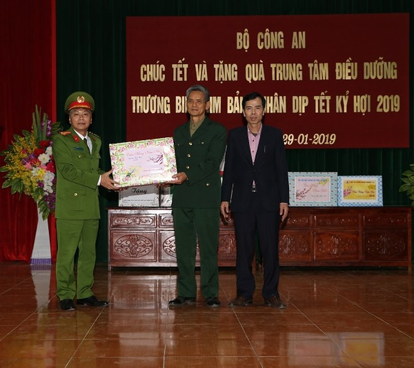 Đại diện lãnh đạo Công an tỉnh Hà Nam trao tặng quà cho các thương binh, bệnh binh