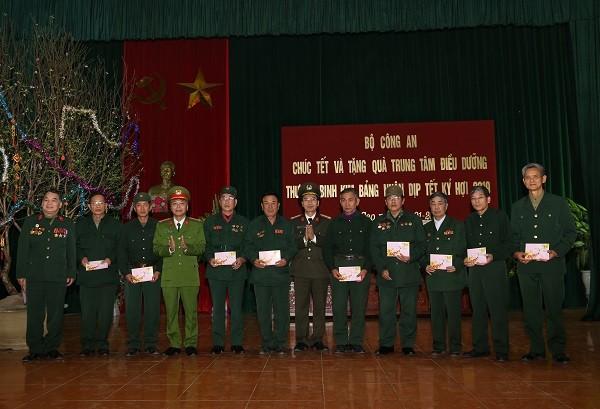 Lãnh đạo Cục Công tác Đảng và công tác chính trị cùng Công an tỉnh Hà Nam trao tặng quà cho các thương binh, bệnh binh