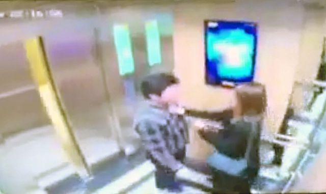 Hình ảnh camera thang máy ghi lại sự việc
