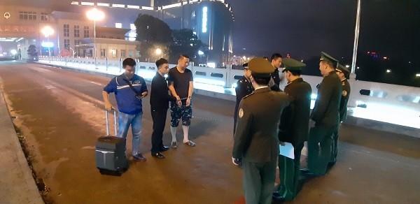Bàn giao đối tượng bị truy nã cho Cục Công an thành phố Đông Hưng, Trung Quốc