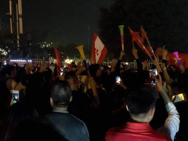 Nhiều con phố chật kín người hâm mộ xuống đường cùng cờ trống