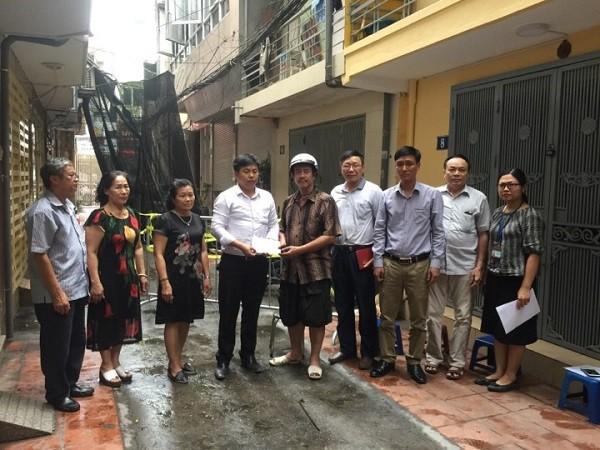 Ông Trần Nam Sơn, Phó Chủ tịch UBND phường Vĩnh Tuy, quận Hai Bà Trưng cùng các ban, ngành, đoàn thể phường đến thăm, động viên gia đình ông Hào
