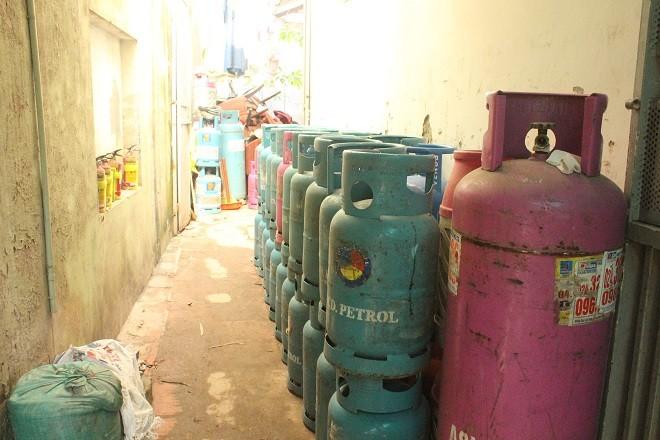 Bình gas xếp thành hàng dài ở lối đi