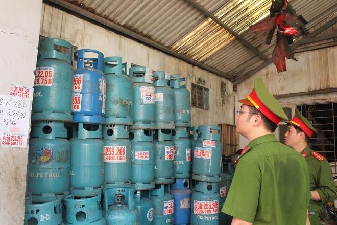 Ban chỉ đạo 197 thành phố Hà Nội kiểm tra một cơ sở tồn chứa gas