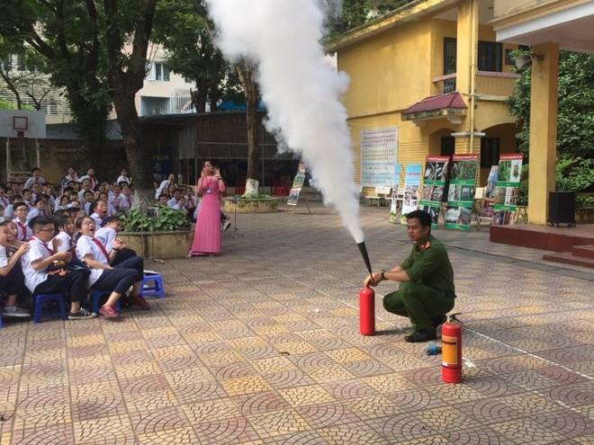 CAQ Đống Đa hướng dẫn các em học sinh cách sử dụng bình cứu hỏa