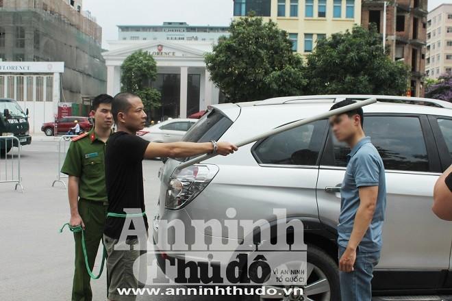 Đối tượng Điệp dùng gậy đánh vào đầu nạn nhân (Hình ảnh Cơ quan Công an thực nghiệm hiện trường vụ án)