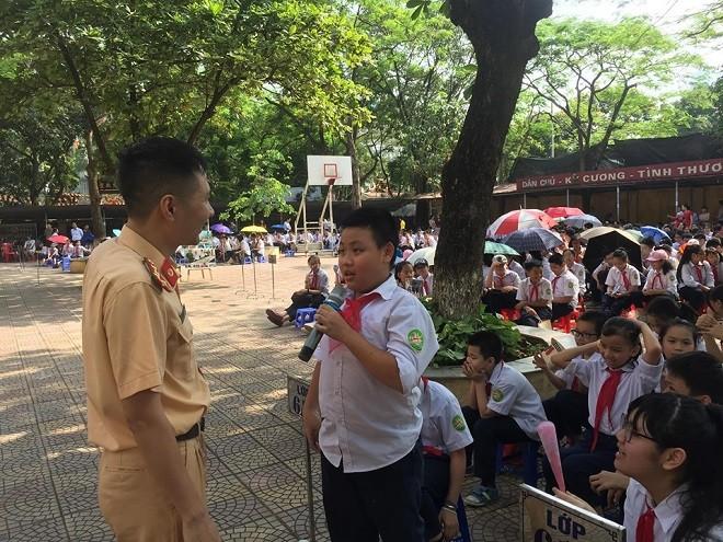 Lực lượng Công an Hà Nội tổ chức tuyên truyền cho học sinh trường THCS Láng Thượng chấp hành các quy định về Luật Giao thông