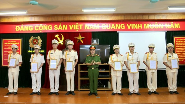 Thượng tá Nguyễn Ngọc Mẽ - Trung đoàn trưởng Trung đoàn Cảnh sát cơ động trao quyết định thăng cấp bậc hàm, nâng bậc lương cho CBSC