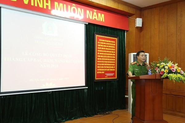 Thượng tá Nguyễn Ngọc Mẽ, Trung đoàn trưởng Trung đoàn Cảnh sát cơ động phát biểu động viên, chúc mừng các CBSC được thăng cấp bậc hàm trong đợt này