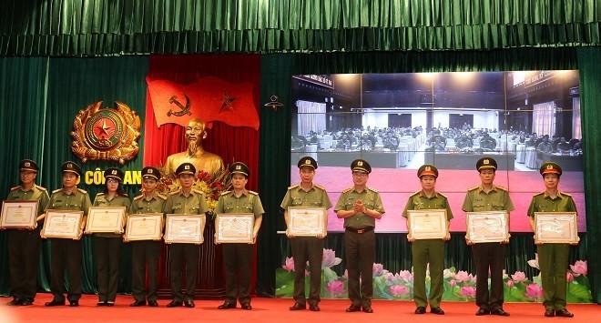 Thứ trưởng Nguyễn Văn Thành trao thưởng cho các tập thể có thành tích xuất sắc trong công tác nghiên cứu lịch sử