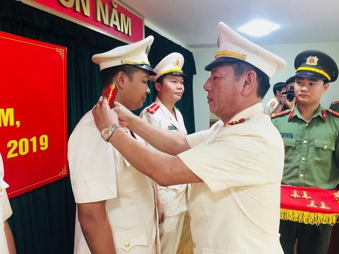 Đại tá An Thanh Bình - Trưởng CAH Gia Lâm gắn quân hàm cho các CBCS