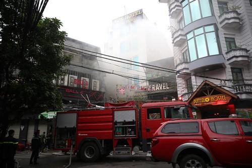 Kịp thời hướng dẫn, giải cứu nhiều người mắc kẹt trong đám cháy ở khách sạn trong phố cổ ảnh 1