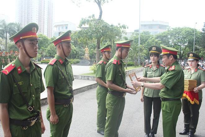 Đại tá Nguyễn Văn Viện, Phó Giám đốc CATP trao quyết định khen thưởng cho các chiến sĩ hoàn thành xuất sắc khóa huấn luyện