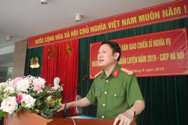 Đại tá Nguyễn Văn Viện, Phó Giám đốc CATP Hà Nội phát biểu chúc mừng và giao nhiệm vụ cho các chiến sĩ mới