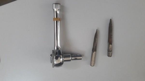 Các dụng cụ hai đối tượng dùng để phá khóa, trộm xe
