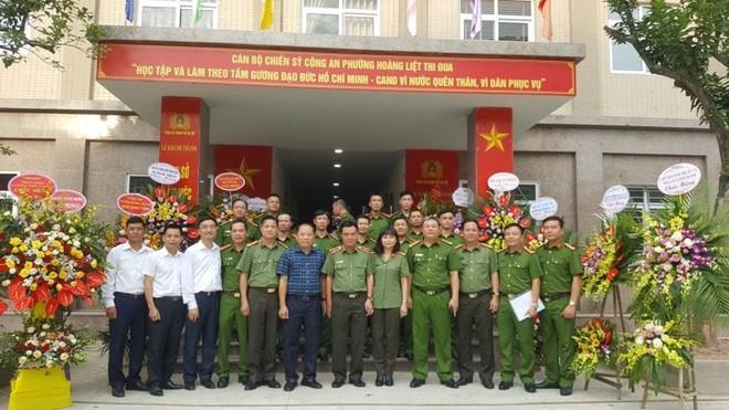 Thiếu tướng Nguyễn Anh Tuấn cùng đại diễn lãnh đạo chính quyền địa phương chúc mừng CAP Hoàng Liệt