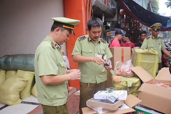 Nhiều loại bánh trung thu có nhãn mác Trung Quốc được vận chuyển theo xe khách về Hà Nội