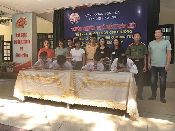 Học sinh, phụ huynh và đại diện Trường THCS Thịnh Quang tổ chức ký cam kết tuân thủ luật giao thông