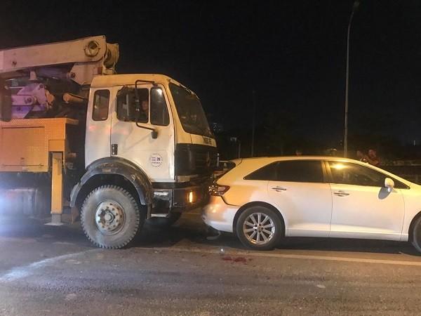 Chiếc xe tải đâm dồn toa vào chiếc xe ô tô con đi phía trước