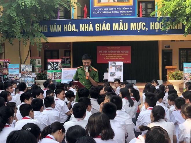 Báo cáo viên tuyên truyền các kiến thức về Luật giao thông cho học sinh trường THCS Thái Thịnh