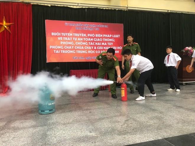 CBCS hướng dẫn học sinh trường THCS Cát Linh cách sử dụng bình chữa cháy