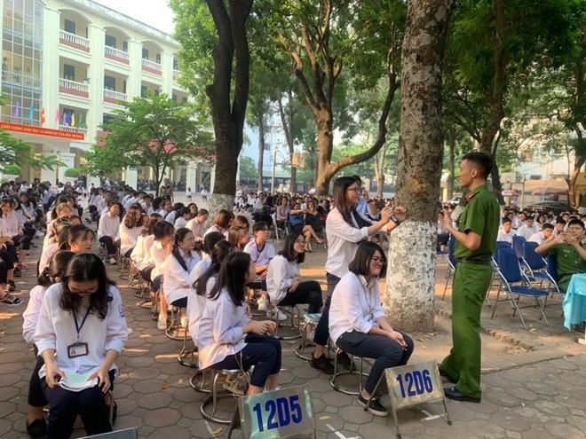 Những băn khoăn, thắc mắc của học sinh trường THPT Quang Trung được các báo cáo viên giải đáp