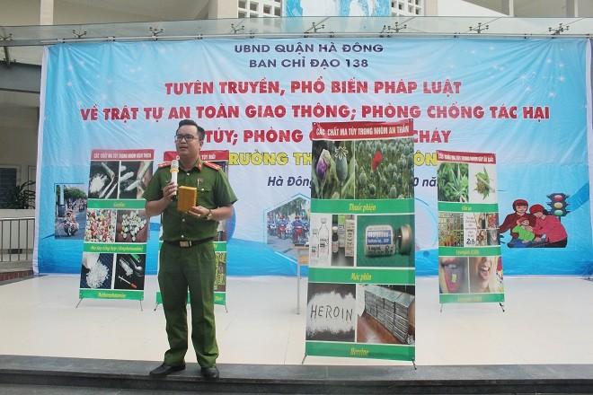 Báo cáo viên Trần Trung Hiếu, giảng viên Học viện Cảnh sát nhân dân truyền đạt cho các em học sinh các kiến thức nhận biết và phòng ngừa tác hại của ma túy