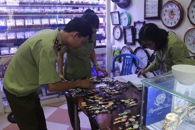 Lực lượng QLTT kiểm tra các cơ sở kinh doanh các mặt hàng đồ gia dụng, đồ điện tử