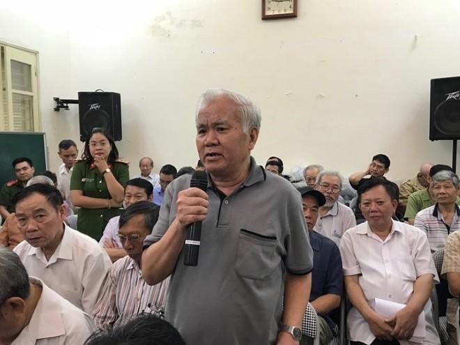 Ông Phạm Văn Sáu đóng góp ý kiến cho Công an phường