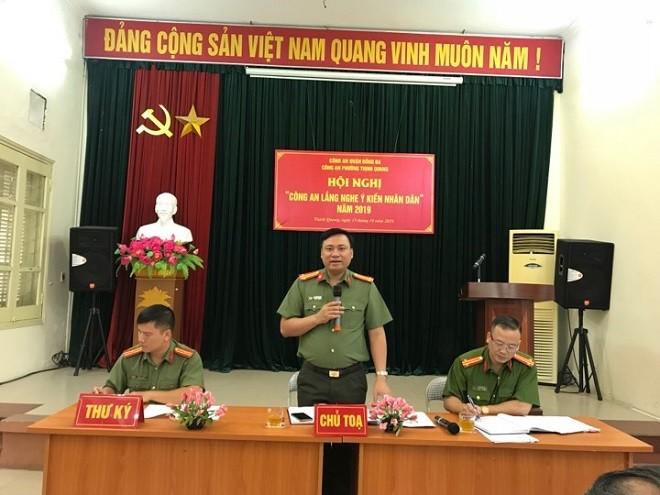 Trung tá Nguyễn Tiến Đạt, Phó Trưởng Công an quận Đống Đa phát biểu tại hội nghị lắng nghe ý kiến nhân dân phường Thịnh Quang