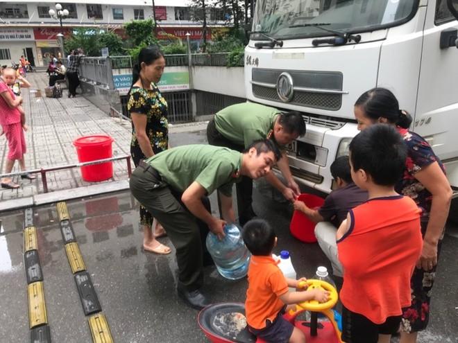 Đoàn thanh niên CAQ Hoàng Mai giúp người dân lấy nước sạch