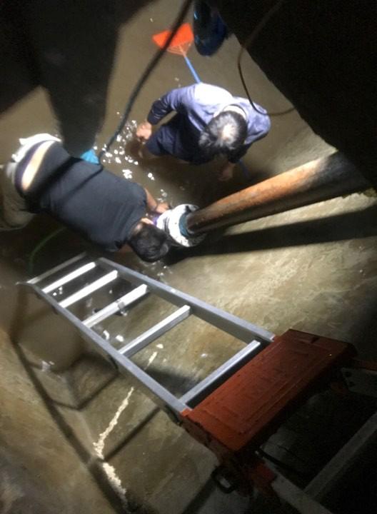 Các đơn vị tiến hành làm sạch các bể nước, bơm toàn bộ nước cũ ra khỏi bể ngầm